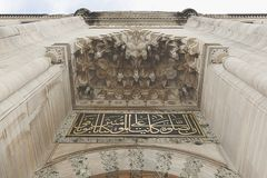 De ingangen die tot het hof van Suleymaniye-Moskee leiden Stock Fotografie