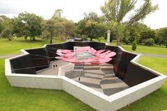 De ingangsbinnenplaats bij het Heiligdom van Herinnering in Melbourne, Australië met luifel ontwierp in de vorm van papaver Stock Foto's