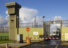 De ingangspoort en de hoge observatietorens en veiligheid het schermen bij Magilligan-Gevangenis in Noord-Ierland Stock Afbeeldingen