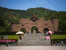 De ingangspoort van het Huaguoshanpark in Lianyungang, China stock afbeeldingen