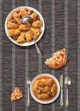 De ingelegde Kool rolt met gezuurd flatbread gescheurd die brood op het rustieke donkere onderleggertje van het pakpapierperkamen Stock Afbeeldingen