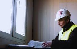 De ingenieur bekijkt de tekening Werkplaats van de ingenieur royalty-vrije stock fotografie