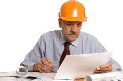 De ingenieur bestudeert het project stock foto's