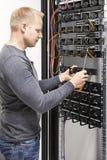 IT de ingenieur bouwt netwerkrek in datacenter Stock Foto