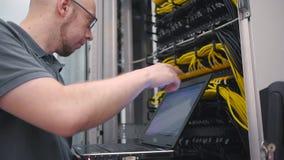 IT de ingenieur controleert het serverrek stock videobeelden