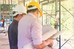 De ingenieur controleert het tekeningsgebouw Royalty-vrije Stock Fotografie