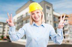 De ingenieur die van de blondedame helm dragen die vrede tonen Stock Fotografie