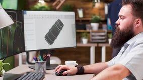De ingenieur gebruikt 3D software om een turbine te analyseren stock video