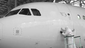 De ingenieur herstelt de deur van een passagiersvliegtuig Het vliegtuig in de deurreparatie 4K stock video