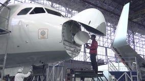 De ingenieur herstelt de vliegtuigen van de merktekenpassagier Het vliegtuig in de antennereparatie 4K stock footage