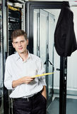 De ingenieur in kostuumtribune in gegevens centreert Stock Afbeelding