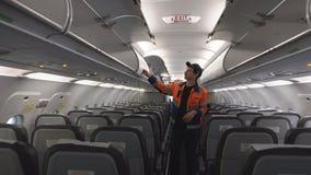 De ingenieur is op de cabine Inspectie van de cabine 4K stock videobeelden