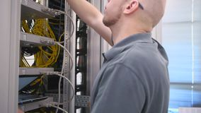 IT de ingenieur opent het serverrek stock videobeelden