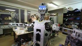 De ingenieur past de robot aan stock video