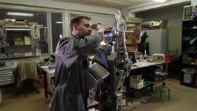 De ingenieur past de robot aan stock videobeelden