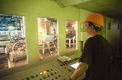 De ingenieur stelt productietransportband in werking Royalty-vrije Stock Foto's