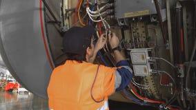 De ingenieur, technicus onderzoekt de straalmotor met een flitslicht stock footage