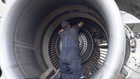 De ingenieur, technicus onderzoekt de straalmotor met een flitslicht stock video