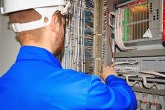 De ingenieur test het automatiseringskabinet met industriële materiaalcontrolemechanismen Royalty-vrije Stock Afbeelding