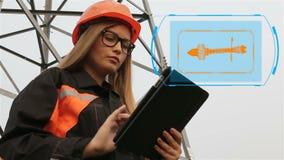 De ingenieur van de vrouw Een vrouw in een bouwvakker die in de energie werken die de industrie, machtslijnen veroorzaken animati stock footage