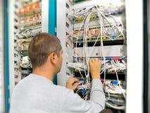 De ingenieur van het netwerk lost het communicatie probleem op Stock Foto's