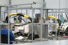 De ingenieur voert een test van de gebeëindigde elektronische modules uit Laboratorium voor het testen en aanpassing van elektron royalty-vrije stock afbeelding