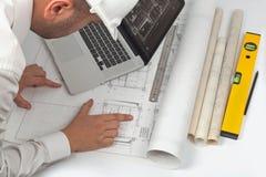 De ingenieur werkt aan een bouwproject stock afbeeldingen