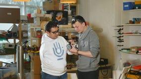 De ingenieurs bespreken Hi-tech innovatief bionisch wapen op workshop stock videobeelden