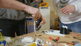 De ingenieurs bespreken Hi-tech innovatief bionisch wapen op workshop stock footage