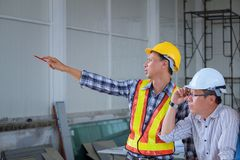 De ingenieurs komen samen, werken en bekijken op punt in wo uit royalty-vrije stock afbeelding