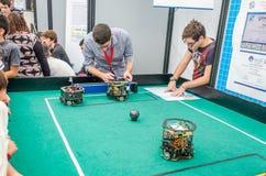 De ingenieurs, ontwikkelaars hebben robots geprogrammeerd om voetbal te spelen Stock Foto
