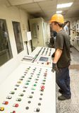 De ingenieurs stellen productietransportband in werking Royalty-vrije Stock Foto's