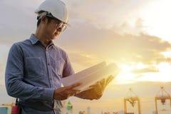 De ingenieurs werken aan het project, bekijkend het plan struct royalty-vrije stock afbeelding