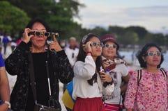 De ingezetenen van atmosfeertanjung Pandan Belitung stemden in met de zonneverduistering stock fotografie
