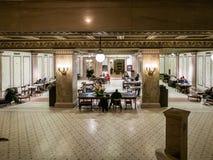 De ingezetenen van Chicago ontspannen in het Culturele Centrum van Chicago royalty-vrije stock afbeeldingen