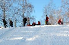 De ingezetenen van de stad kwamen een sneeuwheuvel berijden stock foto
