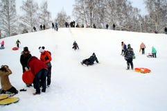 De ingezetenen van de stad kwamen een sneeuwheuvel berijden royalty-vrije stock foto's
