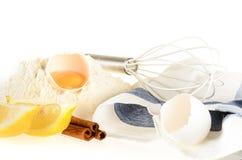 De ingrediënten en de hulpmiddelen van het baksel Royalty-vrije Stock Foto's