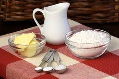 De ingrediënten en het keukengerei van het deeg Royalty-vrije Stock Fotografie