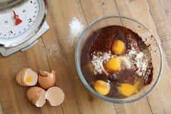 De ingrediënten van de chocoladecake klaar om worden gemengd Stock Foto's