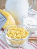 De ingrediënten van de macaroni en van de kaas royalty-vrije stock foto's