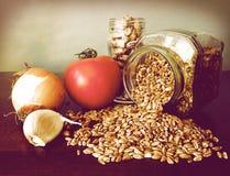 De ingrediënten van de soep: tomaat, knoflook, ui, bonen, emmer Royalty-vrije Stock Afbeelding