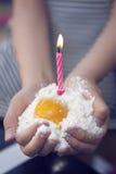 De ingrediënten van de verjaardagscake in een child& die x27 worden gehouden; s hand Royalty-vrije Stock Foto's