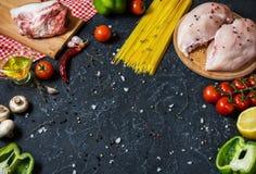 De ingrediënten van deegwaren Kippenborsten, Kersentomaten, spaghettideegwaren, bacon en paddestoelen op de steenlijst Ruimte voo Stock Afbeelding