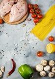 De ingrediënten van deegwaren Kippenborsten, Kersentomaten, spaghettideegwaren en paddestoelen op de steenlijst Royalty-vrije Stock Foto