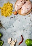 De ingrediënten van deegwaren Kippenborsten, Kersentomaten, spaghettideegwaren en paddestoelen op de steenlijst Hoogste mening Royalty-vrije Stock Afbeeldingen