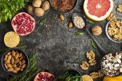 De ingrediënten van een gezonde voeding voor het opstellen van een maaltijd plannen: wilde ongepelde rijst, quinoa, spinazie, peu stock afbeelding