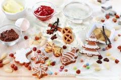De ingrediënten van het baksel voor koekjes en peperkoek stock foto's