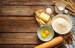 De ingrediënten van het deegrecept op uitstekende landelijke houten keukenlijst Stock Afbeelding