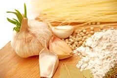 De ingrediënten van het knoflook en van het voedsel stock foto's